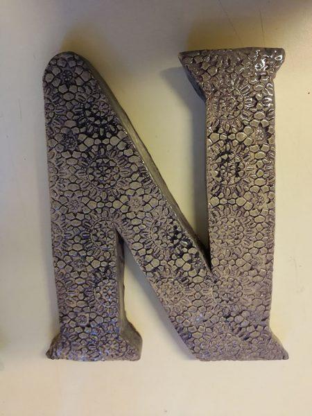 Lettera in ceramica